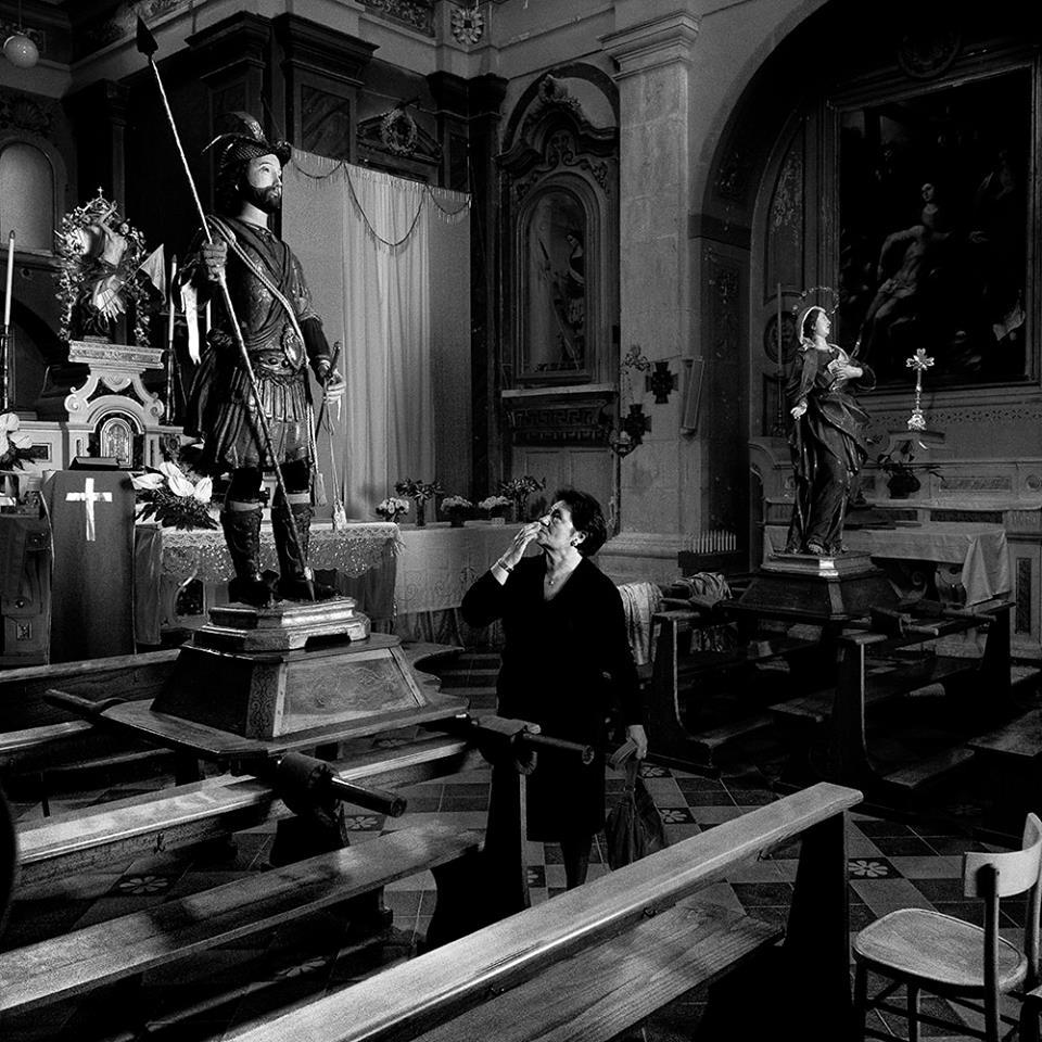 Devozione di una donna locale manifestata attraverso un bacio verso la statua di Sant'Eustachio, posta all'interno della chiesa a lui dedicata durante i festeggiamenti.
