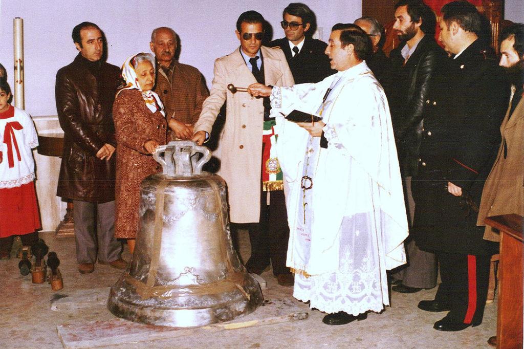 Benedizione della campana del campanile della Chiesa di Santa Maria Maggiore (fonte: Mario Ripoli - Album di Paese)