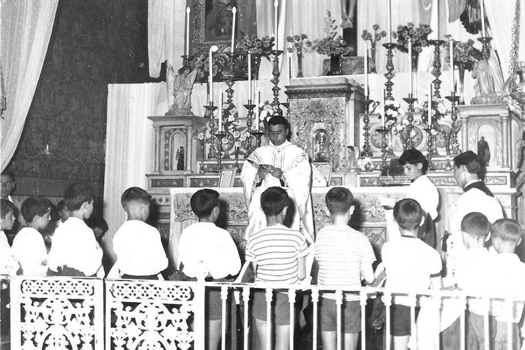 Don Matteo durante la cerimonia della Prima Comunione