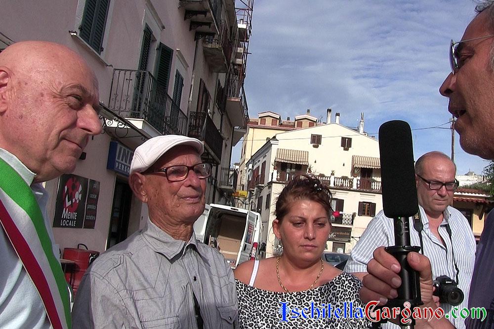 l giornalista Giuseppe Laganella mentre intervista Domenico Maiorano con la presenza del sindaco Carlo Guerra